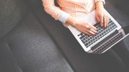 Kvinna som bloggar